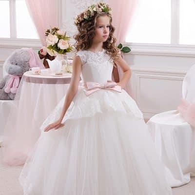 1cffa948e0ae4 Eğer kızınız saçlarının açık olmasını istiyorsa çiçekli yuvarlak taçları da  düşünebilirsiniz. Hele ki yolculuk eğer bir kır düğünü ya da balosuna  doğruysa ...