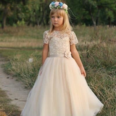 90c0418dd0658 Çocuk modası diyip geçememek gerek, artık dantelli Fransız kesim modeller  bile kız çocuk gelinlik modelleri arasında sık görülen örneklerden.