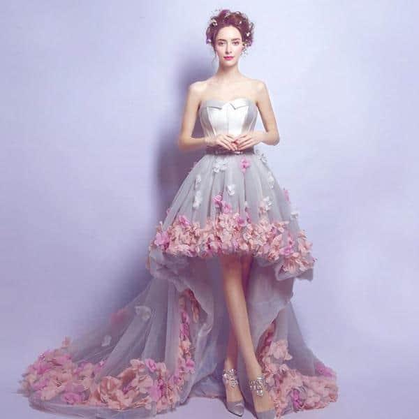 c6acd5ddbdd4d Önü Kısa Arkası Uzun Abiye. Romantik bir görünüme ne dersiniz? Etek  uçlarında çiçekler bulunan, tüllü, üzeri gri vücuda oturan bu model  nişanınızda, ...
