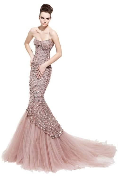ce903868ac6b1 Asimetrik işlemelerindeki gri metalik, gümüş rengi ve pembe uyumuyla hem  modern hem asil görünümü birleştiren bu tül etekli balık kesim gece elbisesi,  ...