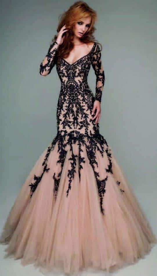 9f6e6ff22e573 V yaka siyah dantelli bu elbise ile bir nişanlık nasıl iddialı ama elegant  görünmenizi sağlar görüyorsunuz. Klasik modellerden biri olan omuzları açık  uzun ...